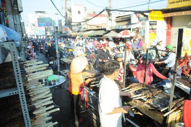 Phố cá lóc nướng ở Sài Gòn đông nghẹt ngày vía Thần tài