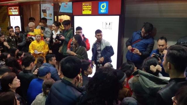 Hà Nội: Xếp hàng từ rạng sáng mua vàng đón Vía Thần Tài - 1