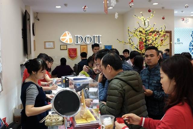 Hà Nội: Xếp hàng từ rạng sáng mua vàng đón Vía Thần Tài - 9
