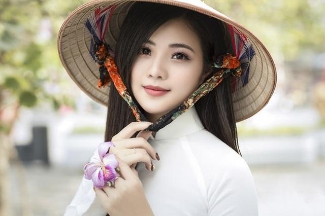 Thiếu nữ xinh đẹp đội nón lá khoe sắc với hoa ban - 1
