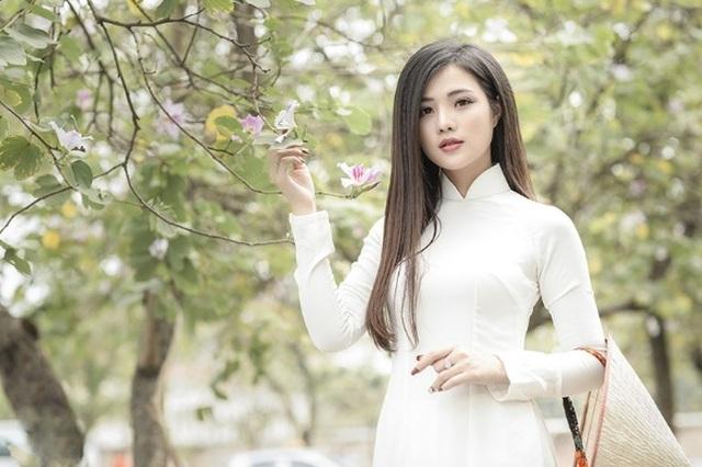 Thiếu nữ xinh đẹp đội nón lá khoe sắc với hoa ban - 3