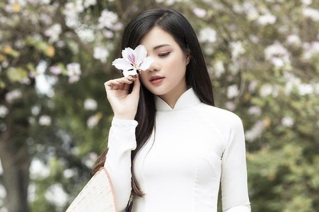 Thiếu nữ xinh đẹp đội nón lá khoe sắc với hoa ban - 4