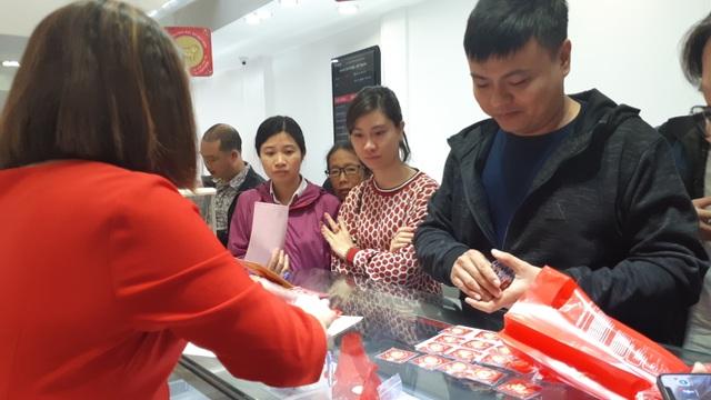 Thiếu gia Hà Nội mua nhanh 40 chỉ vàng cầu may ngày Valentine - 5