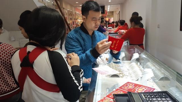 Thiếu gia Hà Nội mua nhanh 40 chỉ vàng cầu may ngày Valentine - 3