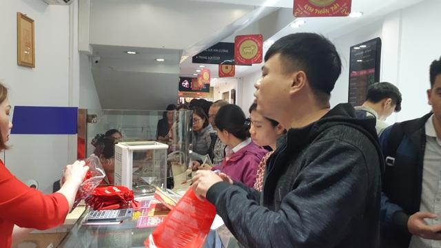 Thiếu gia Hà Nội mua nhanh 40 chỉ vàng cầu may ngày Valentine - 4