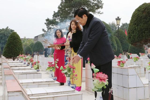Chủ tịch nước Trương Tấn Sang đến đặt vòng hoa và thắp hương tại Nghĩa trang liệt sĩ thành phố Lạng Sơn. Ảnh: Nguyễn Khang – TTXVN