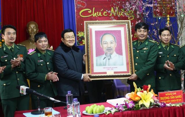 Chủ tịch nước Trương Tấn Sang tặng bức ảnh Bác Hồ cho cán bộ, chiến sĩ Đồn Biên phòng Hữu Nghị. Ảnh: Nguyễn Khang – TTXVN