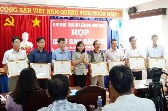 Bà Lâm Thị Sang- Phó Chủ tịch UBND tỉnh Bạc Liêu trao Bằng khen của UBND tỉnh Bạc Liêu cho các phóng viên các báo Trung ương thường trú tại tỉnh Bạc Liêu, trong đó có PV Báo Dân trí (bìa trái).