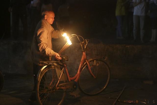 Đêm rước lửa thiêng cầu may mắn của dân làng Hà Nội - 10