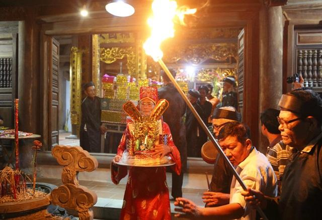 Đêm rước lửa thiêng cầu may mắn của dân làng Hà Nội - 6