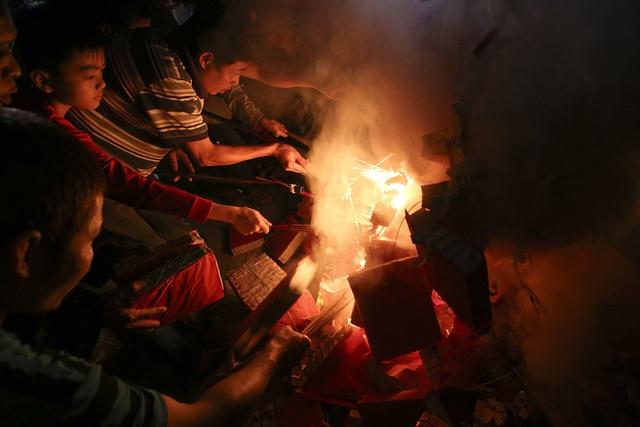Đêm rước lửa thiêng cầu may mắn của dân làng Hà Nội - 8