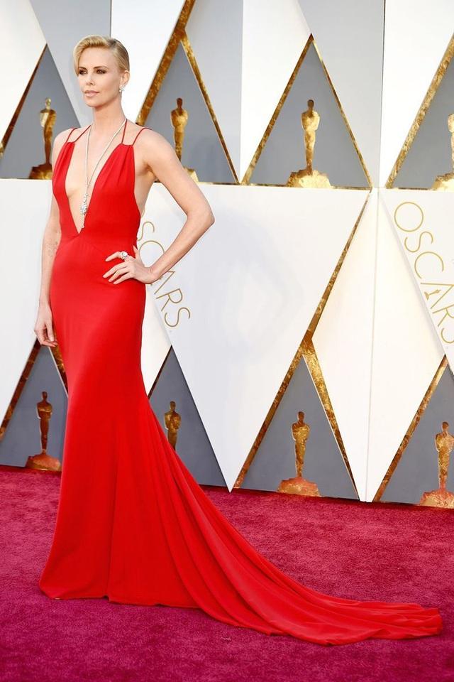 Những bộ váy cuốn hút nhất trên thảm đỏ Oscar - 25