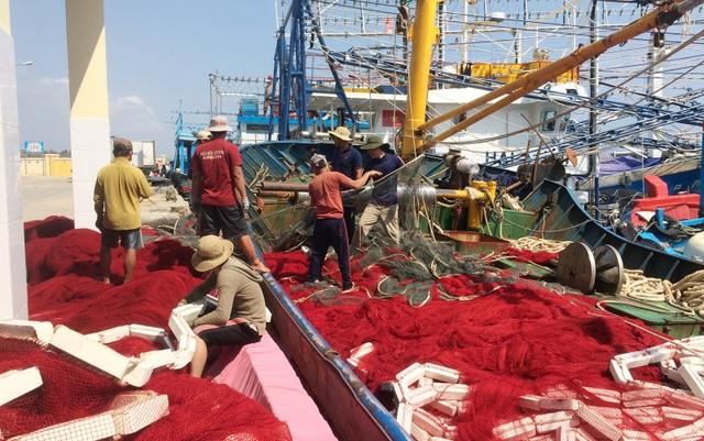 Sau Tết Nguyên đán, ngư dân Phú Yên tất bật chuẩn bị vươn khơi - 1