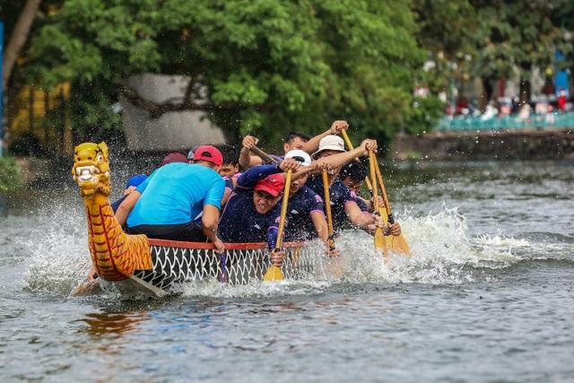 Kịch tính tranh tài bơi chải thuyền rồng trên mặt nước Hồ Tây - 7