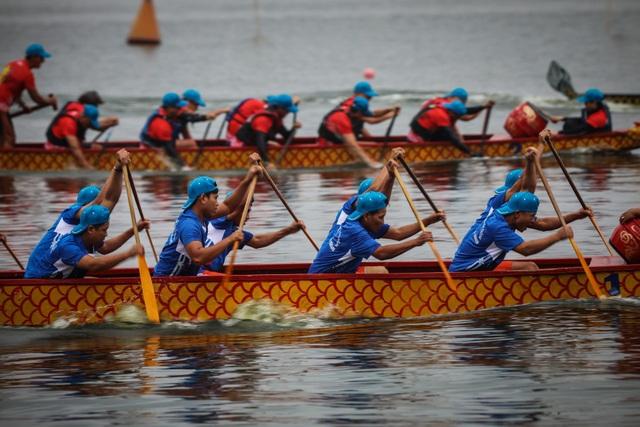Kịch tính tranh tài bơi chải thuyền rồng trên mặt nước Hồ Tây - 10