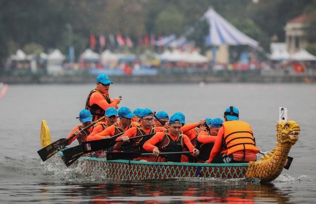 Kịch tính tranh tài bơi chải thuyền rồng trên mặt nước Hồ Tây - 6