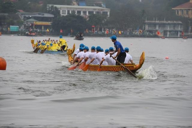 Kịch tính tranh tài bơi chải thuyền rồng trên mặt nước Hồ Tây - 11