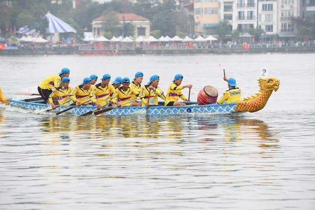 Kịch tính tranh tài bơi chải thuyền rồng trên mặt nước Hồ Tây - 8