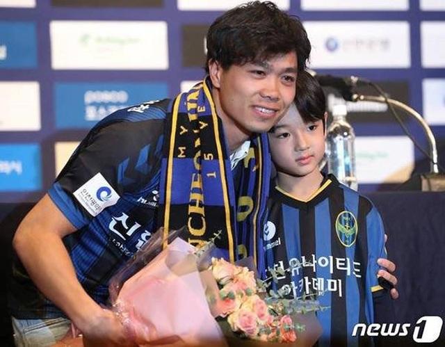 Cậu bé Hàn Quốc đẹp như búp bê trong lễ ra mắt của Công Phượng khiến dân mạng săn tìm - 1
