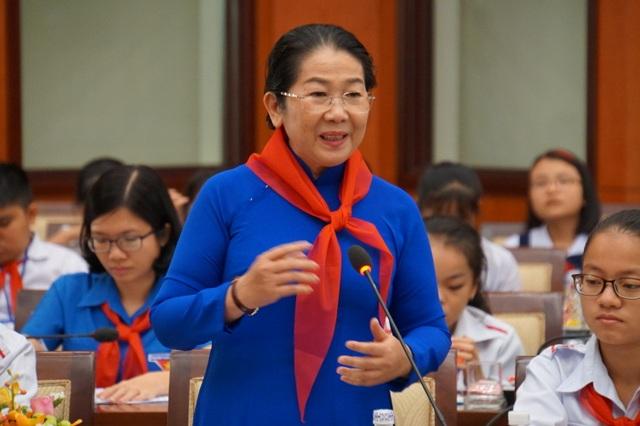 """Chủ tịch TPHCM mong học sinh """"rảnh rỗi đừng xem điện thoại"""" - 2"""