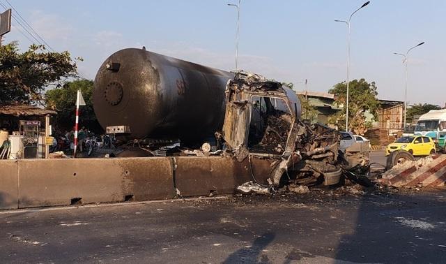 Xe bồn chở 16 tấn gas bốc cháy, người đi đường hoảng sợ bỏ chạy - 1