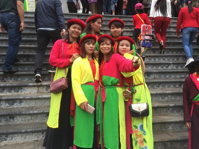 Dòng người tấp nập đổ về lễ Hội vùng Lim - 4
