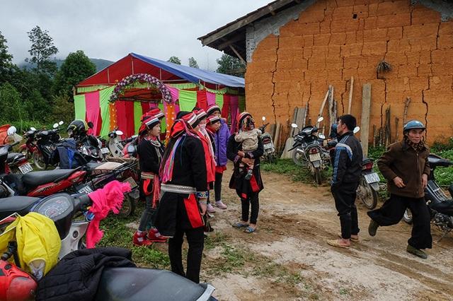 Màn kiểm tra lễ vật suốt 30 phút trong đám cưới đặc biệt ở Hà Giang - 1