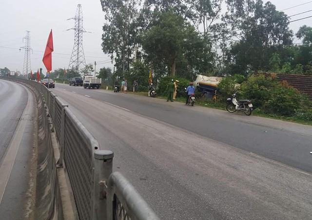 Người dân hú vía khi xe chở xăng lao vào nhà - 1