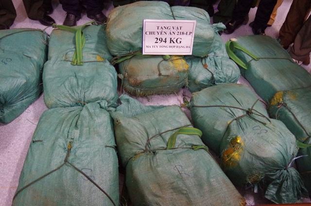12 bao tải màu xanh chứa 294 kg ma túy dạng đá.JPG