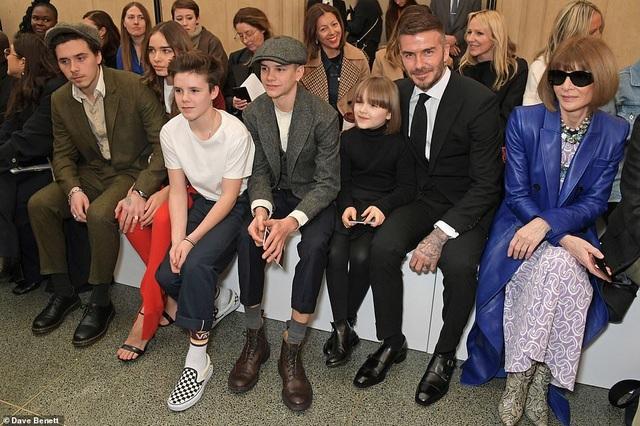 Victoria Beckham được chồng con ủng hộ khi ra mắt bộ sưu tập mới - 2