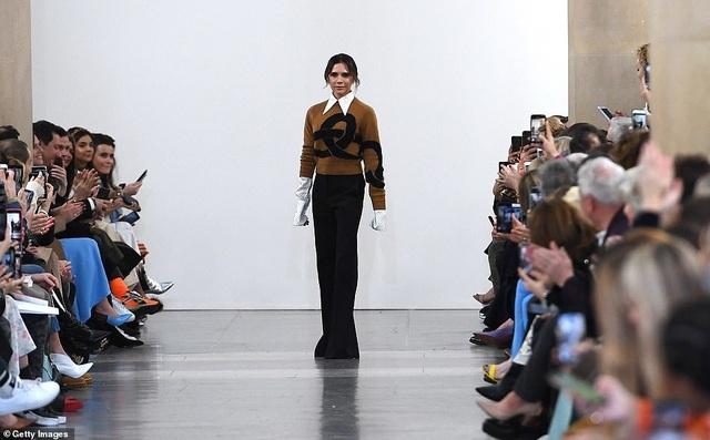 Victoria Beckham được chồng con ủng hộ khi ra mắt bộ sưu tập mới - 3