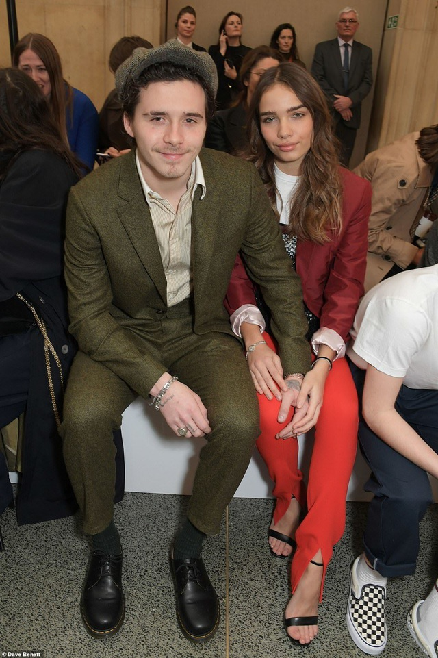 Victoria Beckham được chồng con ủng hộ khi ra mắt bộ sưu tập mới - 6