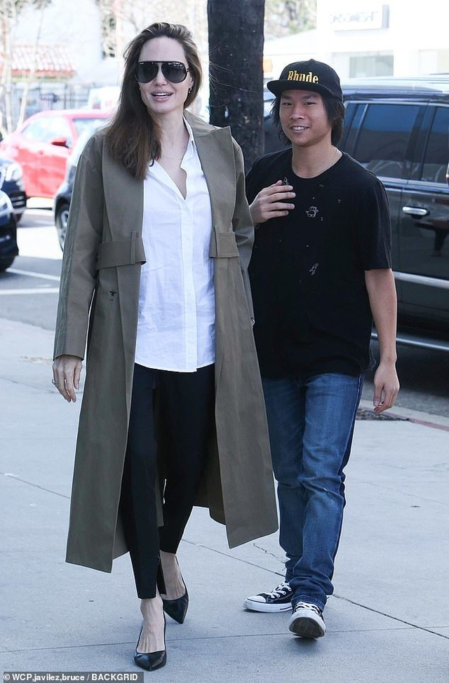 Angelina Jolie tươi tắn cùng Pax Thiên ra phố - 1