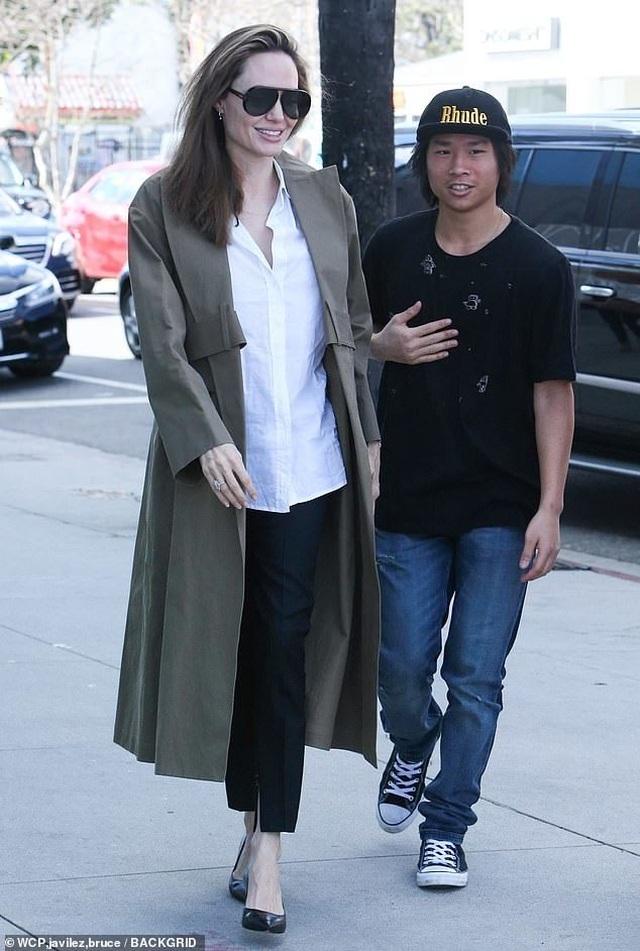 Angelina Jolie tươi tắn cùng Pax Thiên ra phố - 5