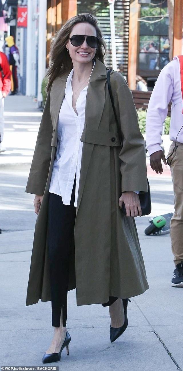Angelina Jolie tươi tắn cùng Pax Thiên ra phố - 2