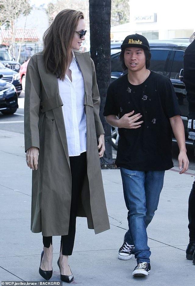 Angelina Jolie tươi tắn cùng Pax Thiên ra phố - 4