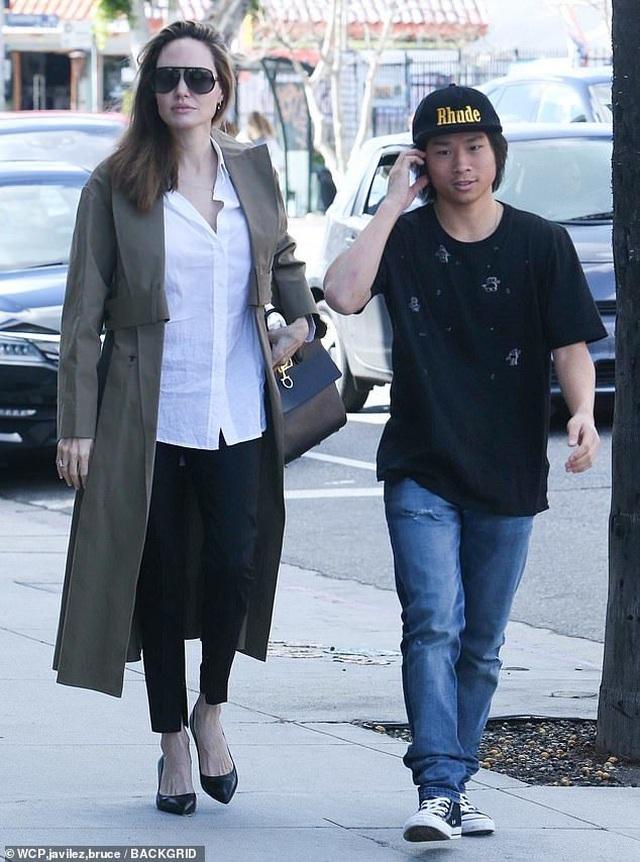 Angelina Jolie tươi tắn cùng Pax Thiên ra phố - 6