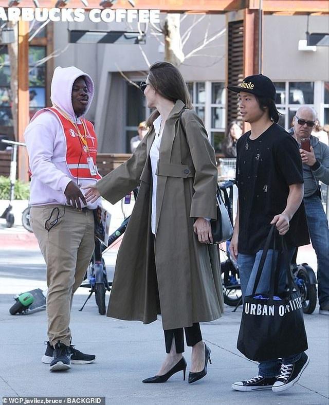 Angelina Jolie tươi tắn cùng Pax Thiên ra phố - 3