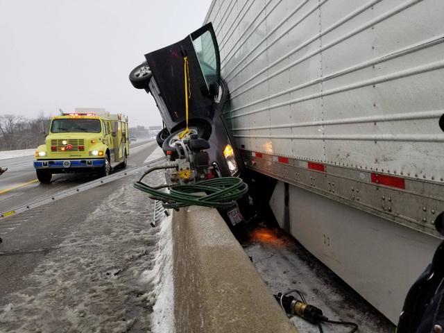 Ô tô bẹp dí sau tai nạn, tài xế sống sót kì diệu - 1