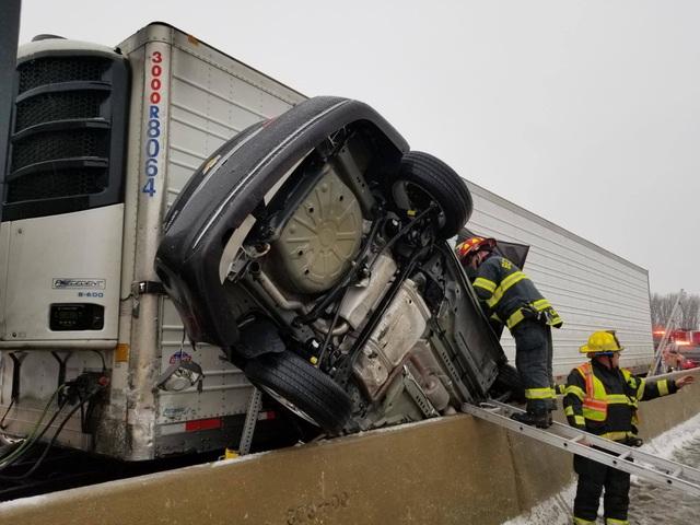 Ô tô bẹp dí sau tai nạn, tài xế sống sót kì diệu - 3