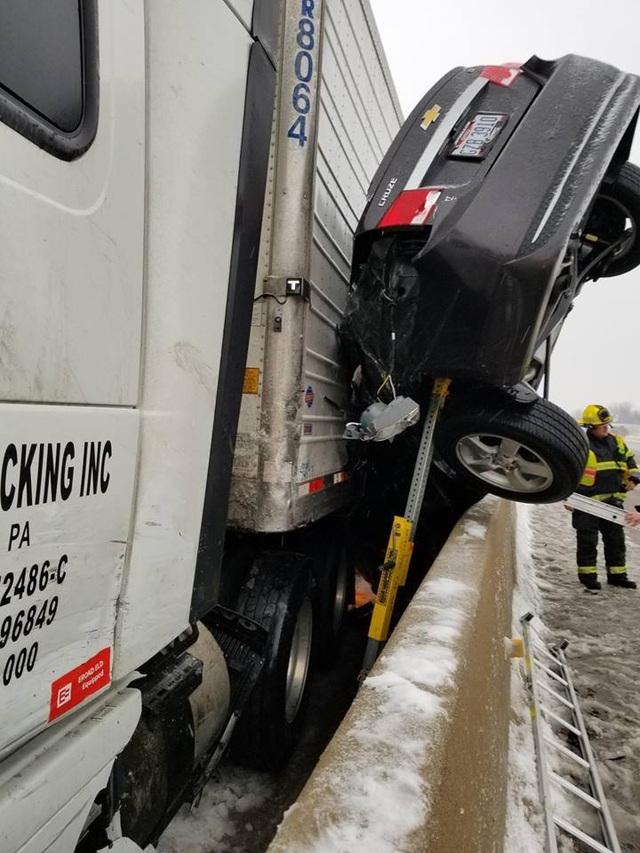 Ô tô bẹp dí sau tai nạn, tài xế sống sót kì diệu - 2