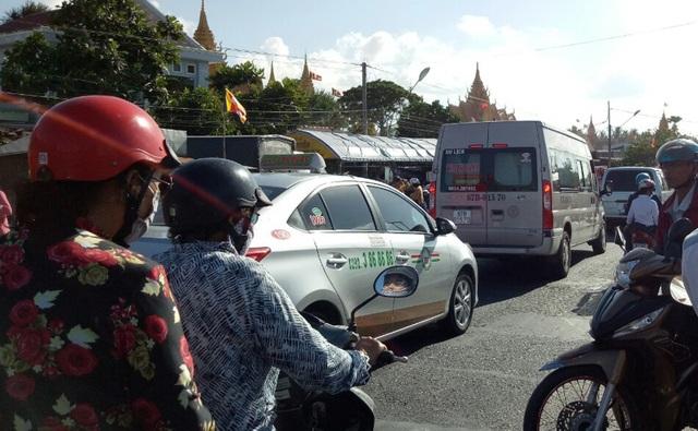 Nhiều ô ô nhích từng chút một trên quốc lộ 1 đoạn qua chùa Phú Giao.