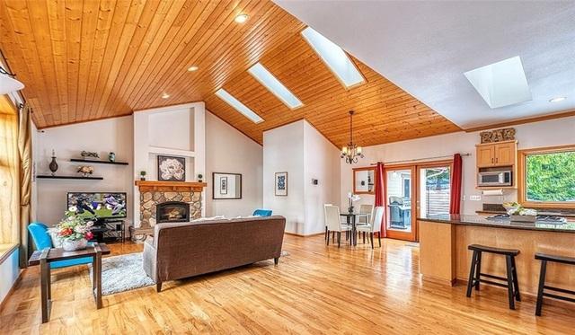 Cửa sổ trên trần nhà và cửa sổ lớn cung cấp nhiều ánh sáng tự nhiên cho ngôi nhà.