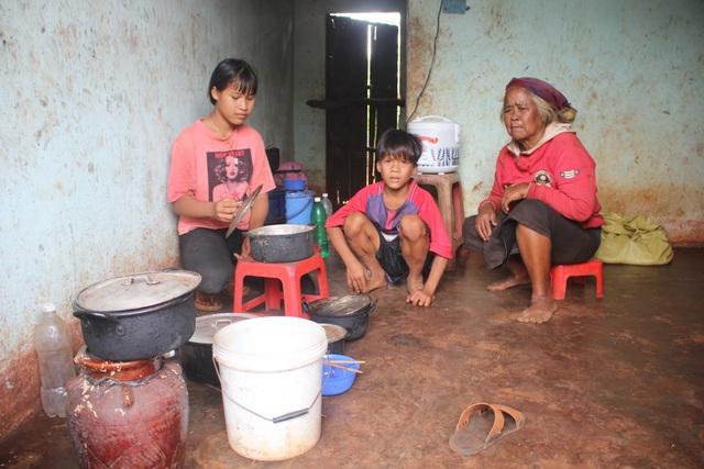 Xót lòng hai chị em mồ côi ăn lá mì, vượt khó đến trường - 1