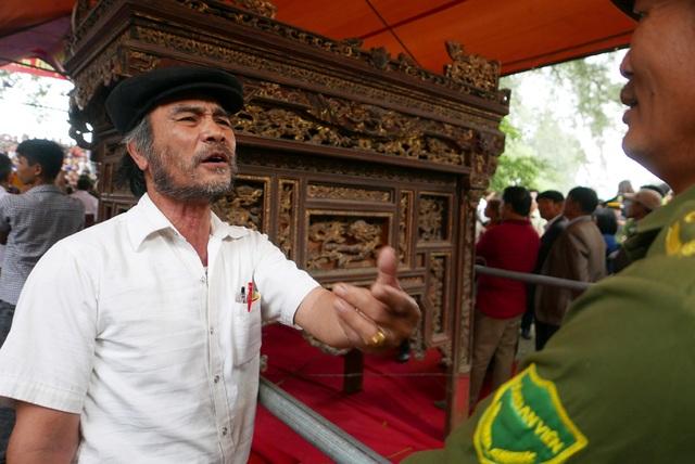 Trai làng vây kín đền phản đối dừng hội cướp phết - 8