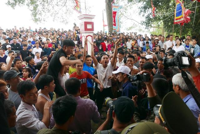 Trai làng vây kín đền phản đối dừng hội cướp phết - 4