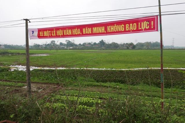 Trai làng vây kín đền phản đối dừng hội cướp phết - 11