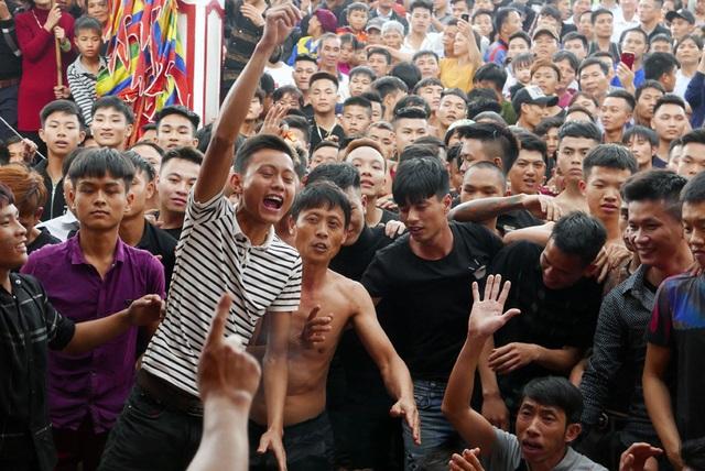Trai làng vây kín đền phản đối dừng hội cướp phết - 7
