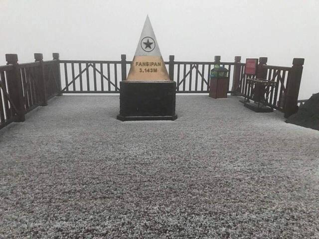 Tuyết bất ngờ rơi trắng xóa trên đỉnh Fansipan giữa tháng 2 - 3