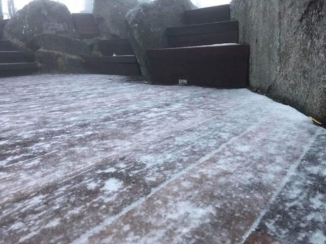 Tuyết bất ngờ rơi trắng xóa trên đỉnh Fansipan giữa tháng 2 - 2